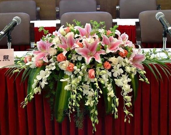 结合会议主题明确会议鲜花装饰风格营造氛围